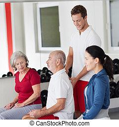 trainer, haltung, korrigieren, älterer mann