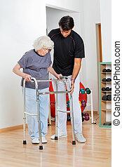 trainer, helpen, oude vrouw, in, verhuizing