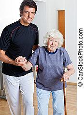 trainer, helpen, vrouw het lopen, stok