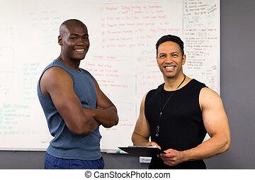 trainer, in, turnhalle, mit, klemmbrett, schaffen, training, plan, für, klient