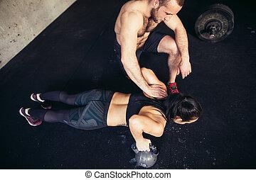 trainer, mann frau, liegestütz, stärke, pushup, in, a, fitness, workout