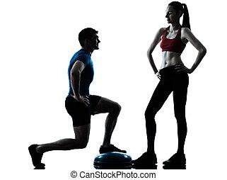 trainer, mann- frau, trainieren, hockt, auf, bosu, silhouette