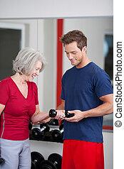 trainer, met, een, oude vrouw, in de gymnastiek
