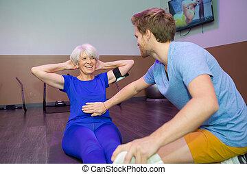 trainer, oefeningen, oude vrouw, sportende