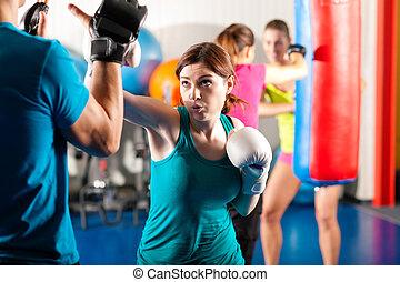 trainer, sparring, bokser, schop, vrouwlijk