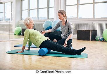 trainer, vrouw, oud, persoonlijk, schuim, gebruik, rol