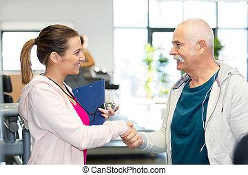 trainer, vrouwlijk, oefeningen, senior, sportende, man