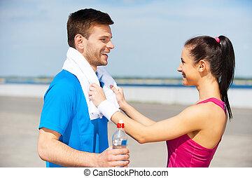 trainieren, zusammen, gleichfalls, fun., seitenansicht, von, schöne , junges, in, sportarten-kleidung, stehende , voreinander, und, lächeln