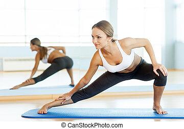 training, frau, joga matte, arbeitende , junger, attraktive, seite, aus., ansicht