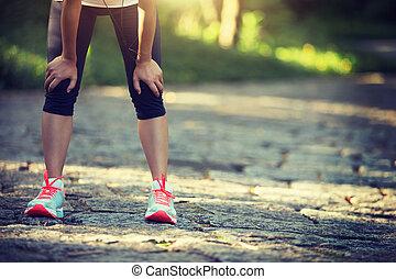 training, nach, road., muede, läufer, land, nehmen, hart, rest, verschwitzt, landschaft, rennender , weibliche , athlet, marathon