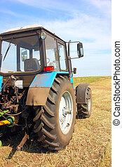 traktor, alatt, egy, mező, mezőgazdasági, színhely, alatt,...