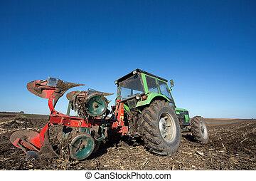 traktor, med, plöjning, utrustning, in, den, fält