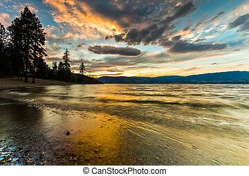 tramonto, da, riva, di, scenico, lago montagna, in, estate