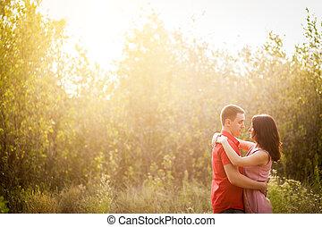 tramonto, giovane coppia