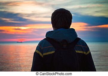 tramonto, silhouette, giovane, mare, uomo