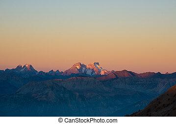 tramonto, sopra, il, alps., colorito, cielo, altitudine alta, picchi montagna, con, ghiacciai, massiccio, des, ecrins, parco nazionale, france., telefoto, vista, da, distant.