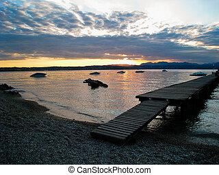 tramonto, sopra, lago, di, garda, italia, con, barche, e, bacino