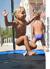 trampolin, und, kinder