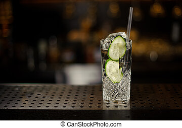 tranches, cocktail, boisson alcoolique, verre, concombre, frais, gin, rempli