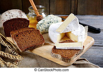 tranches, seigle, roquefort, miel, fromage, planche, brie, pain