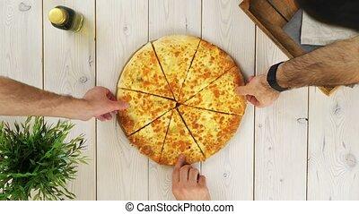 tranches, sommet, trois, s, homme, mains, vue, prendre, pizza
