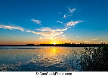 tranquil, meer, en, de, ondergaande zon , op, de, horizon