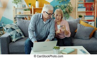 transaction banque, épouse, mari, argent, maison, carte, confection, personnes agées, ordinateur portable