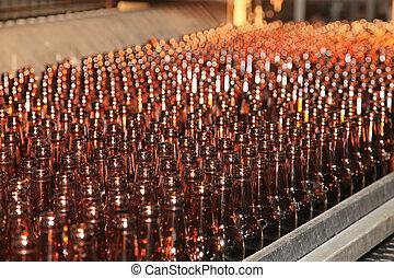 transmidor, línea, con, muchos, botellas de cerveza