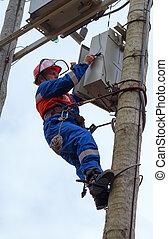 transmisión, actuar, mantenimiento, electricista, recloser, cinturón, uso, claws-, bocas alcantarilla, torres