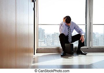 transtorne, homem negócio, sentando pasta