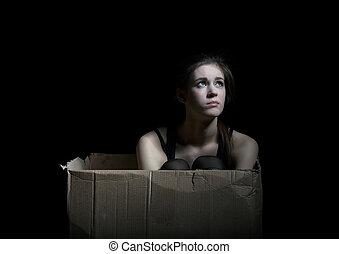transtorne, menina, posar, sentando, em, caixa papelão