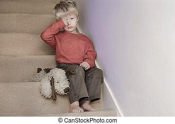 transtorne, menino, sentando, ligado, a, escadas.