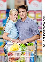 tranvía, lleno, compras, alimento, pareja, supermercado