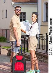 tranvía, mapa, positivo, pareja, joven, caucásico, posar, cámara., maleta, retrato, outdoors., viajar