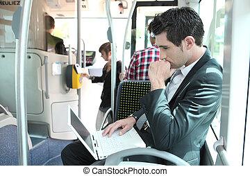 tranvía, usar la computadora portátil, computadora, hombre