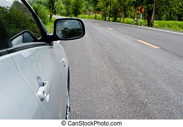 trasero, lado, perspectiva, vista, de, coche, en, camino, campo