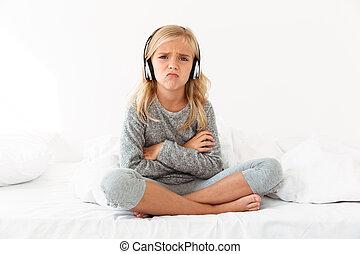 trastorno, hembra, niño, en, auriculares, sentado, con,...