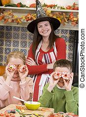 trata, dia das bruxas, duas crianças, mãe, sorrindo, tocando
