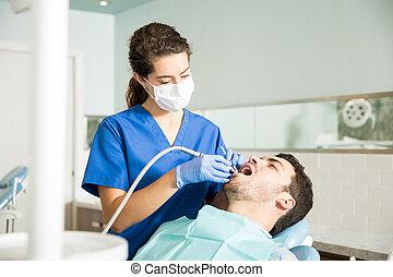 tratando, paciente, dental, meio, clínica, adulto, odontólogo