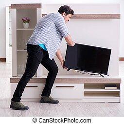 tratar, roto, hombre, televisión, aprieto
