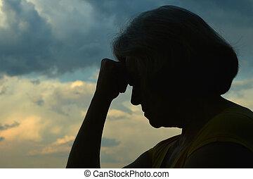 traurige , ältere frau