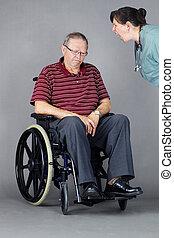 traurige , älterer mann, in, rollstuhl, wesen, riefen, an, per, krankenschwester