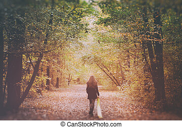 traurige frau, gehen, alleine, in, der, wälder