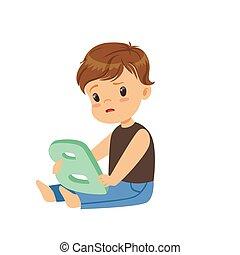 traurige , kleiner junge, sitzen boden, und, schwierig, richtig, aussprechen, brief, b., logopedie, übung, oder, erzieherisch, spiel, concept., wohnung, kind, zeichen