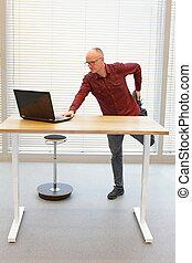 travail bureau, table, -, âge, milieu, pendant, homme, jambe, chauve, ordinateur portable, debout, lunettes, exercice, mobile