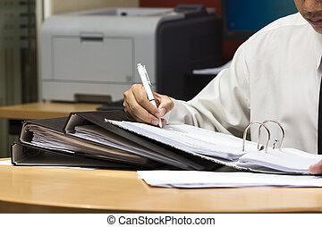 travail, homme affaires, papier, écriture