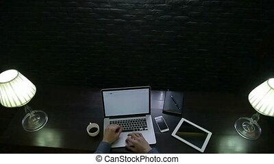 travail ordinateur, cahier, sombre, bois, bureau, homme affaires