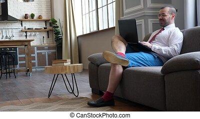travail, vidéo, bavarder, divan, tie., maison, chat., short...