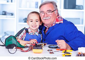 travailler ensemble, grand-père, atelier, petit-enfant, heureux