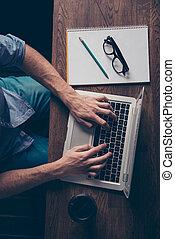 travailleur indépendant, jeune, ordinateur portable, haut fin, dactylographie, tâche